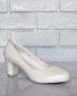 Плотные, легкие туфли на низком каблуке.