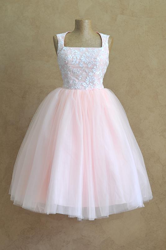 Легкое вечернее платье с квадратным вырезом.