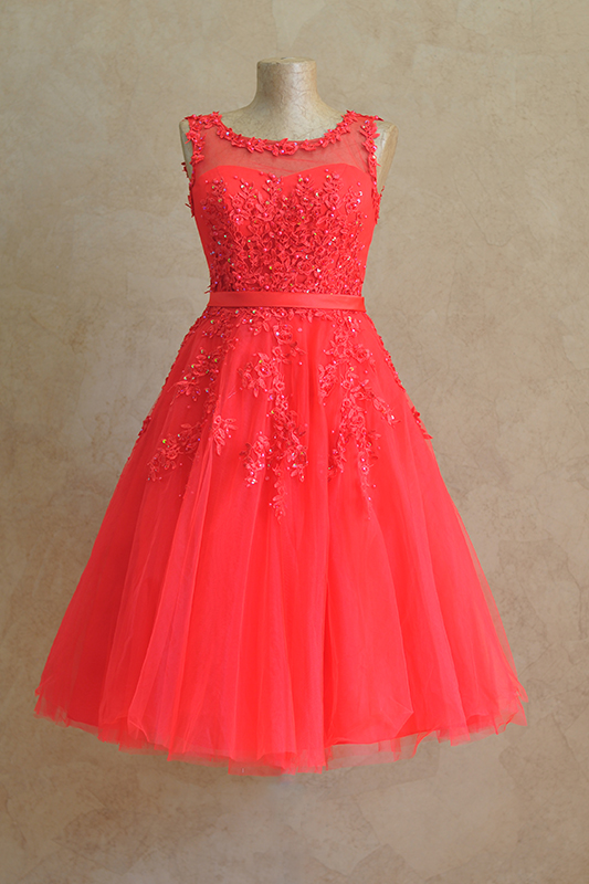 Пышное короткое платье со стразами и кружевами.