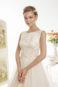 Классическое пышное свадебное платье с вырезом лодочкой.