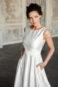 Легкое свадебное платье с вырезом лодочкой.