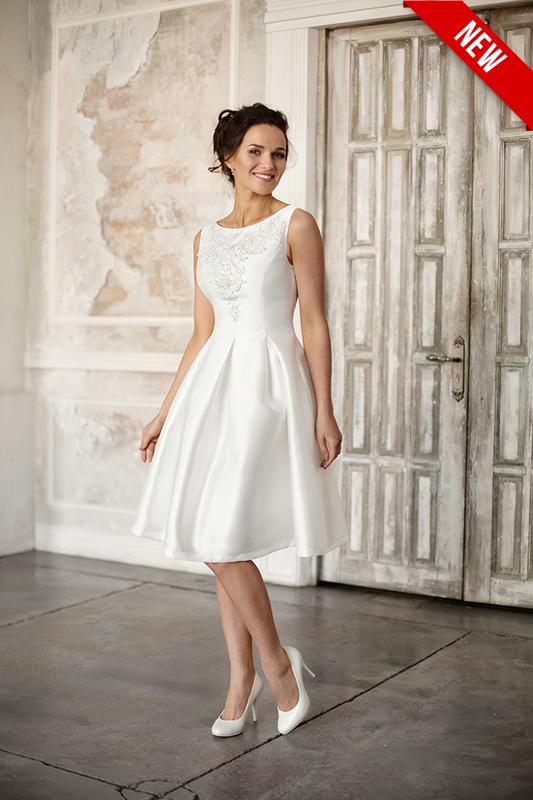 Короткое легкое свадебное платье с вырезом лодочкой.