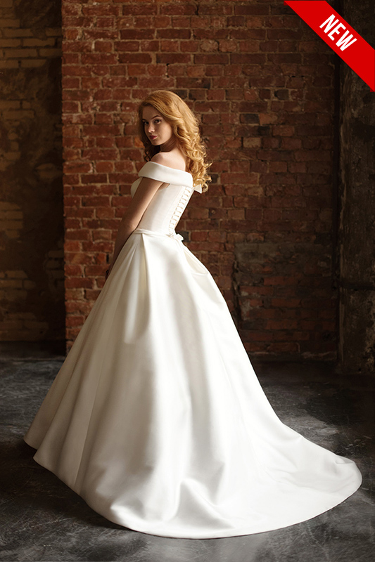 Платье с ободком и шлейфом в пол.