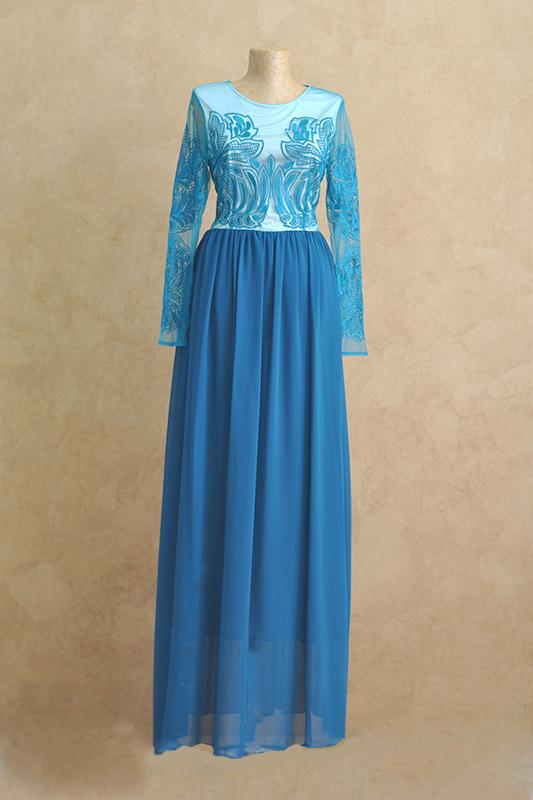 Закрытое, длинное, расшитое украшениями вечернее платье с рукавами.