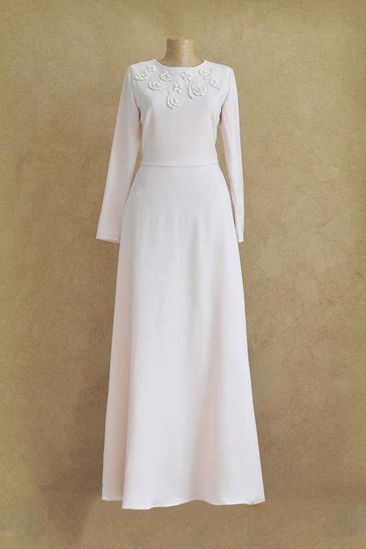 Вечернее платье с камнями в классическом протестантском стиле.