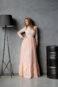 Вечернее платье в пол с длинными рукавами и кружевной вышивкой.