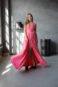 Простое классическое вечернее платье без украшений.