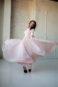 Закрытое розовое вечернее платье с плиссированной юбкой.