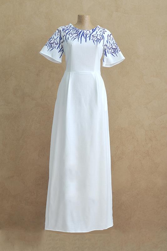 Белое прямоеплатье с росписью и коротким рукавом