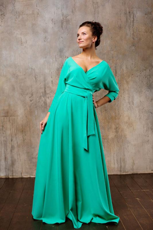 Классическое вечернее платье с поясом и длинными рукавами.