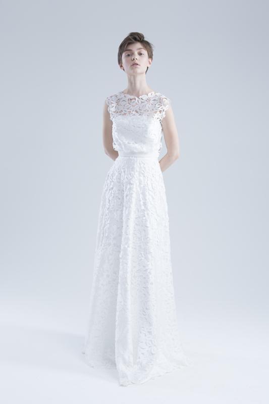 Сдержанное закрытое кружевное свадебное платье.