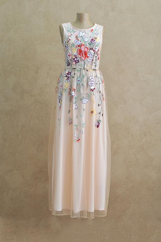 Персиковое вечернее платье с цветами.