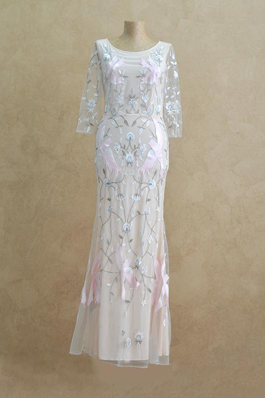 Бежевое вечернее платье с цветочным принтом.