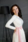 Легкое платье цвета айвори с розовым поясом.