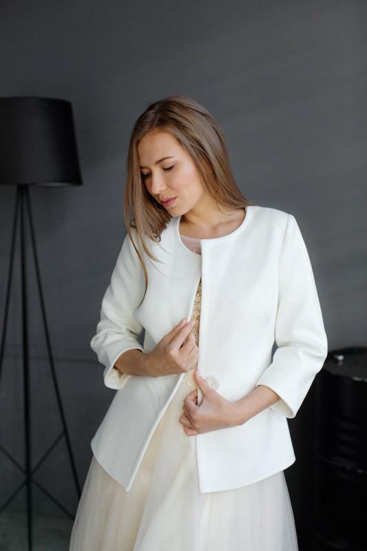 Свадебное приталенное пальто на одной пуговице молочногоцвета.