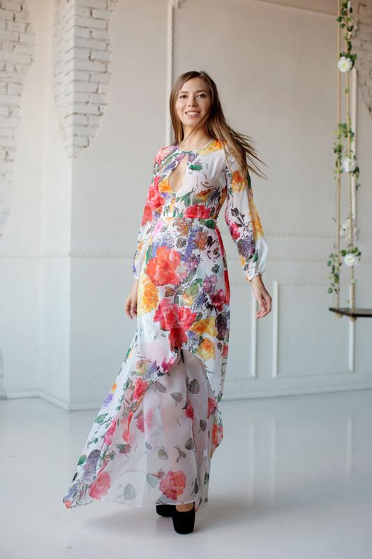 Модное асимметричное платье с вырезом и цветочным принтом.