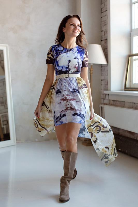 Каскадное голубое вечернее платье с поясом и интересным узором.