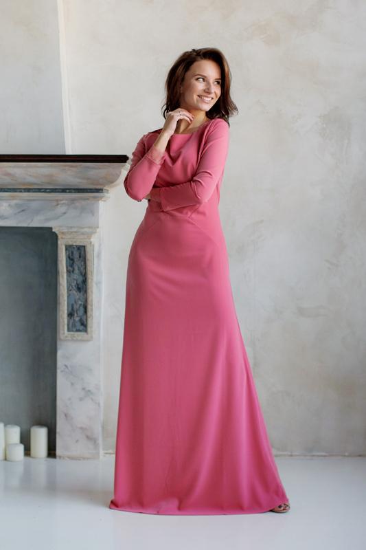 Прямоевечернее платье с длинными руковами и глухим вырезом.
