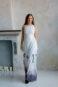 Белое длинное платье без рукавов с контрастным рисунком по подолу