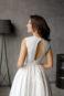 Укороченное атласное свадебное платье.