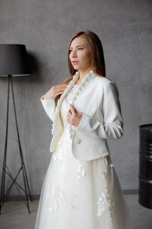 Приталенное укороченное пальто молочного цвета К497