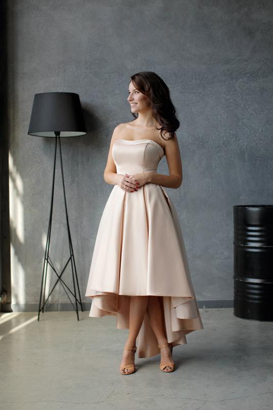 Атласное вечернее платье с каскадной юбкой и отрезным корсетом