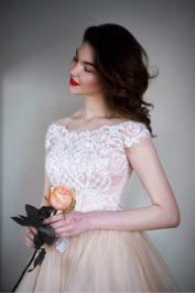 Пышное платье цвета пудры с кружевом Гофре — 3
