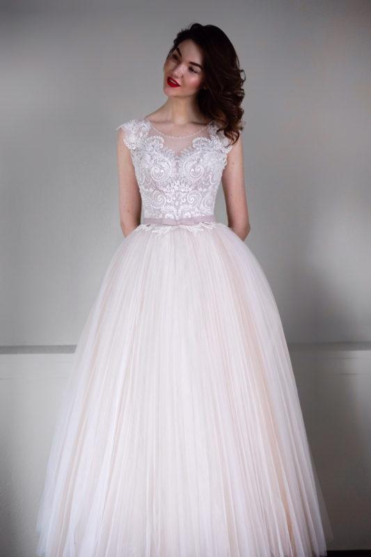 Пышное платье цвета пудры с кружевом Гофре